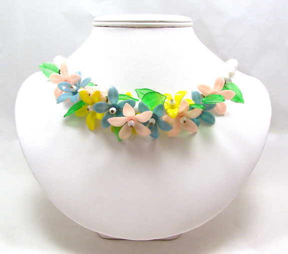 Vintage 1950's Beaded Plastic Flower Necklace